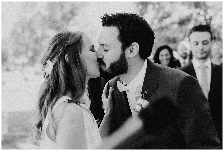 erster Kuss als Ehepaar Hochzeit im Kalandahaus